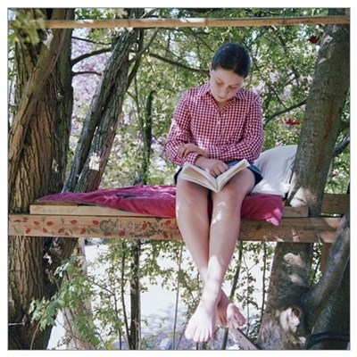 girl_810_sitting_in_treehouse_reading_book_low