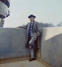Guggenheim_FLW_1959_Standing